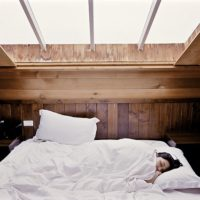 朝寒くて目が覚める、布団の寒さ対策と部屋が寒い時の対処法