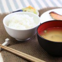 味噌汁に使う豆腐はどっち?入れるタイミングは?崩れないためのコツ